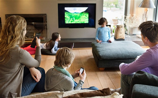 Family_with_TV_and_2904536b